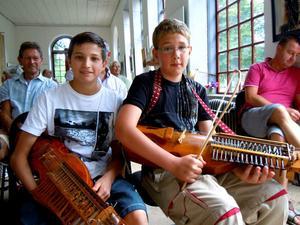 Unga talanger. Pontus Eriksson 14, Grillby och Albin Karlsson 12, Gimo spelade upp på sina nyckelharpor till publikens jubel.