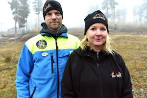 Per Danielsson och Katarina Lavin Bogg med berget någonstans i dimman bakom dem.