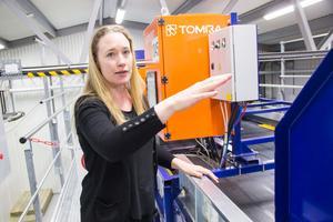Maria Elander förklarar att maskinen kan programmeras efter kundernas behov. Den kan till exempel sortera ut textilier gjorda av 100 procent bomull.