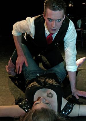 Lusta i Gasklockan: Don Giovanni (Daniel Wren) & Zerlina (Elsa Ridderstedt).