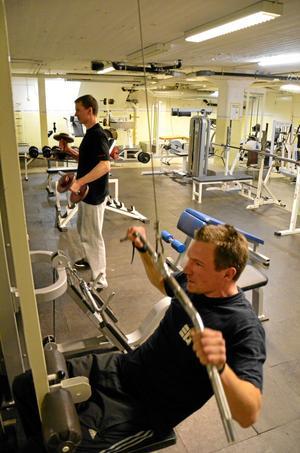 Mattias Edwardsson och Andreas Andersson tränar regelbundet i Gropens IF: träningslokal.