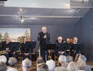 Praktiska råd och tips om hur man undviker att bli utsatt för brott varvades med marschmusik från Örebropolisens musikkår under ledning av Karl Axel Karlsson.