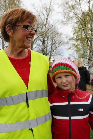 Wilma Helsing från Tallåsen med mormor Helena Helsing, som jobbar som förskollärare på Gärdeåsskolan.