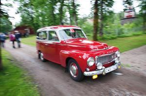 Hundratals gamla bilar och motorcyklar radade upp sig vid hembygdsgården i Karlberg på lördagen inför starten av Myrbergsrallyt.