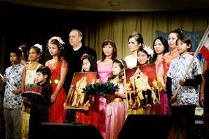 """INVIGNING. En grupp barn och vuxna inledde festivalen med att sjunga den thailändska """"Kungasången"""" på scenen i Folkets hus.Foto: David Holmqvist"""