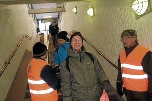 Fick frukost. Lennart Hessel var en av dem som fick en frukostpåse när han kom med tåget till Kumla. Lennart Eriksson och Sune Valegren serverade.
