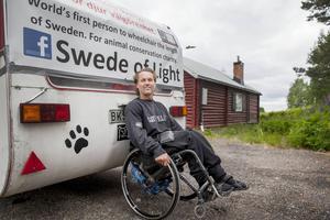 Tomas Wendin är ute på sitt livs resa. Som den förste i Sverige åker han rullstol från Abisko till Ystad, och syftet är att samla in pengar till utrotningshotade djur.