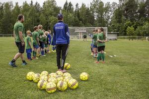 Barnen delas upp i olika grupper beroende på ålder och fotbollskunskap.
