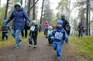 Full fart. Trots det regniga vädret var det stor uppslutning när årets femte och sista vårterränglopp arrangerades i måndagskväll. Här springer pojkarna i den yngsta gruppen 300 meter.