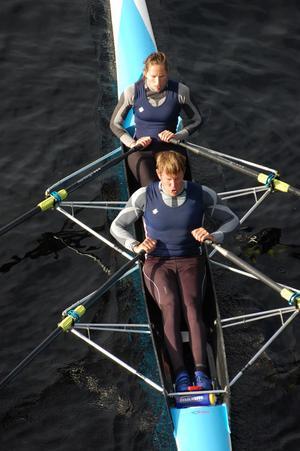 Lassi Karonen och Linda Tjäder ror mot en andraplats i Leksand rowing race.