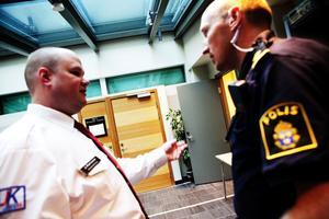 Säkerheten var hög när rättegången i amfetaminhärvan inleddes i Sundsvalls tingsrätt på onsdagen. Polisen och vakter fanns på plats både i och utanför rättssalen under hela dagen.