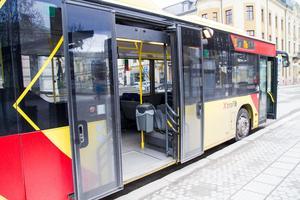 Rullstolsrampen vid bakre ingången måste dras ut manuellt av stadsbussens förare.