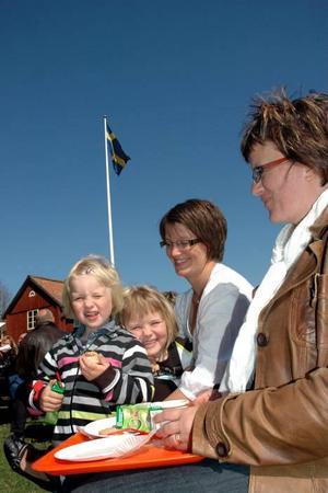 FIKA. Söderforsborna Åsa Olsson och Frida Nyberg har gått i första maj-tåget så länge de kan minnas. Att det bjöds på fika tyckte barnen Andrea och Agnes Nyberg var mums.