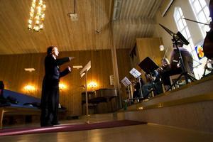 Den lilla symfoniorkestern spelade tre av de verk som ingår i symfonin Chroniques de l'Autre Monde:Révélations, Adieu och Epilogue.