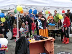 Magikern Johannes fick mycket uppmärksamhet från barnen.