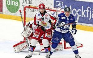 Pelle Prestberg brottas med Almtunas Per Svensson framför Almtuna-målet. X