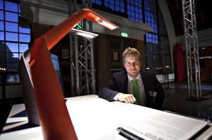 """miljövänlig lampa. Den här läslampan – tillverkad av miljövänligt papper – är ett av 31 designföremål som visas i utställningen Design S som öppnades i går i samband med invigningen av Gävle Designdagar. """"Syftet från vår sida är att lyfta intresset för design rent allmänt"""", säger Mattias Tejne, projektledare för Gävledala Designlab, som arrangerar tillställningen."""