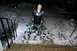 Foto: LEIF JÄDERBERG För hög trappa. Kerstin Asplund är ordinerad daglig träning, men kan inte ta sig  nerför eller uppför trappan med sin rollator. Handikappramp saknas i huset där hon bott sedan 70-talet.