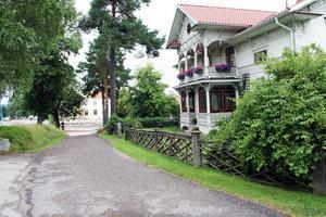 I fonden syns Norra skolan vars första del byggdes 1872. Förr gick barnen till skolmatsalen i Celsiusskolan via Bygatan, som därför även kallades