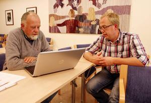 Bo Almer, från Berge i Offerdal, gick en utbildning för att lära sig läsa e-tidningen på datorn. Kursledare är Stefan Olsson, Studiefrämjandet.