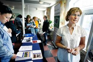 Köer med intresserade frågade Tina Andersson om de nya jobben som ska bli på fängelset i Östersund.