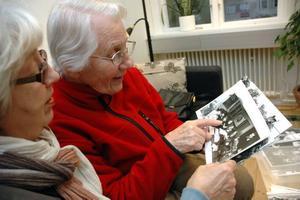 nej men titta, det är ju... Lena Eriksson och Anita Zetterström känner igen fröken Margareta Marklund på bilden.