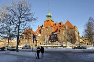 Moderaterna och Folkpartiet i Östersund öppnar för ett samarbete över de traditionella politiska blocken och kan tänka sig ett samarbete med Vänsterpartiet för att trygga välfärden.