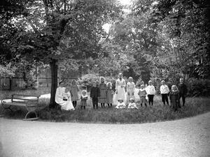 Sommar 1903. Syster Löfgren med patienter i sjukhusparken.