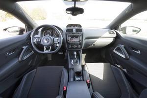 Bildtext 10: Uppgraderade VW Scirocco har fått ny instrumentpanel med extrainstrument ovanpå mittkonsolen, som bland annat visar oljetemperatur och laddtryck. Precis som på den allra första Sciroccon.    Foto: Fredrik Sandberg/TT