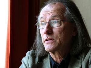 Hans Wiktorsson är kanske mest känd som kultfiguren Arne i Kurt Olsson. Han har även varit medlem i popgruppen Atlas från Grängesberg, producent vid skivbolaget MNW i Waxholm, medlem i proggbandet Gläns över sjö & strand samt skådespelare och musiker i Nationalteatern.