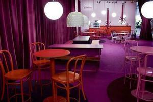 Designkollektivet Camp Site utformade mässans Designbar i trendriktiga färger. Möblerna doneras till Röda Korset efter mässan och utgick därför från Röda Korsets behov.