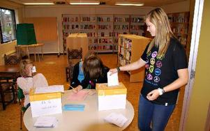 Michaela Särmark, Evelina Melentjeft och Lina Wikström har full kontroll på att Ronja Pettersson lägger ner sin valsedel. Hennes centerparti blev 4:e största partiet på skolan.FOTO: BENGT OLDHAMMER