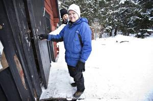 """TRÄFFAS I HEMLINGBY. Katarina Nielsen har varit med på två av träffarna i Hemlingby. """"Vi har grillat korv, druckit kaffe, varit med fåren och åkt med häst"""", berättar hon, här tillsammans med Ulrika Häggmark, som är skötare på Vendelsgården."""
