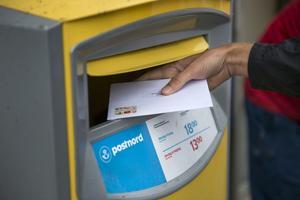 Nu blir det dyrare att skicka brev. Postnord höjer priset på ett vanligt frimärke med 50 öre.