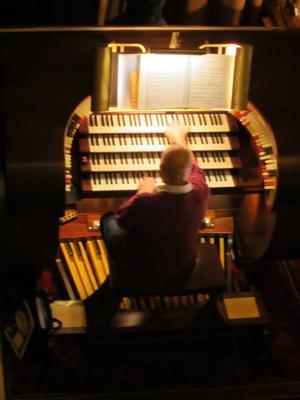 Dick Cuiper spelar på den fantastiska orgeln i Tuschinskibiografen.