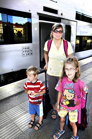 Resa med förhinder. Gårdagens resa blev en mardröm för Magdalena Johansson och hennes två barn. Tåget på väg från Karlstad till Stockholm tvingades stanna på grund av en nedriven elledning vilket fick till följd att luftkonditioneringen och toaletterna inte fungerade.
