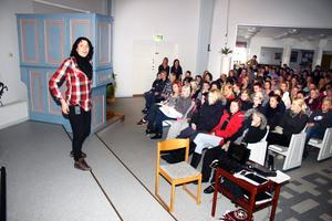 Elin Sundberg från Operation dagsverke i Stockholm berättar om Sudan för Lekebergsskolans högstadieelever.
