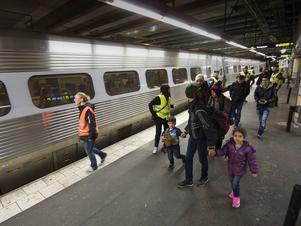 Personal från polis, migrationsverket och frivilligorganisationer möter upp tåget som anländer till Stockholm från Malmö/Köpenhamn. Varje timme kommer nya skaror med flyktingar med tåg från Malmö. De nyanlända hjälps med mat, medicin och registrering.
