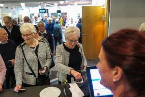 """Ingrid Olofsson från Frösön till vänster och Agneta Huss från Odensala köpte båda biljetter à 200 kronor till """"Hildeguns musikbuffé"""" i Peterson-Bergersalen. De köpte av OSD:s Ullis Sundquist."""