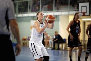 Taylor Proctor bar Östersund Basket i matchens inledning.
