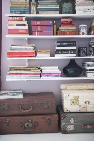 Göm undan prylar i koffertar som ett snyggt förvaringsalternativ. Familjen Sundh har vintagekoffertar i varje hörn.