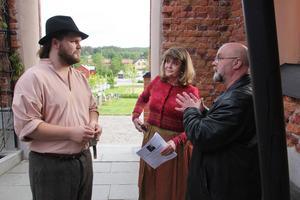 Skådespelaren Peter Mörlin, författaren Omi Söderblom och arrangören Jan Ivan Persson samtalar strax innan Omi Söderblom ska presentera föreställningen om sin kände släkting.   – Det är en perfekt föreställning, säger Jan Ivan persson.