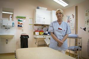 Maria Hagert Palmé är ensam ordinarie läkare på hälsocentralen i Hofors. Hälften av sin tid får hon ägna åt att hålla koll på hyrläkarna och se till att deras patienter inte kommer i kläm.