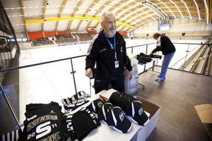 Sven Petersson säger att han säljer som mest souvenirer under World Cup