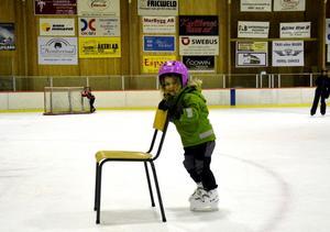 Stadigt framåt. Isa Möst är fyra och ett halvt år, och igår var det premiär på skridskor för henne.