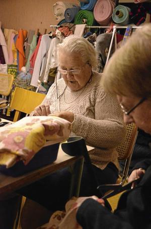 Ann-Mari Nordin och Gun Holmgren gör om gammalt till nytt för att sälja i Röda korset Finnerödja.