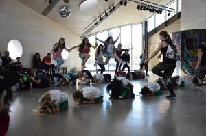 Uppmärksammade dansens dag. Ett fyrtiotal elever var med i gårdagens dansföreställning i Formens hus.