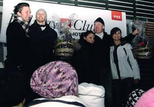 Isstjärnorna Markus Fagervall, Lars Frölander, Gabrielle Sobin och Johanna Götesson assisterade vid prisutdelningen och hyllade segrarna i istravet.