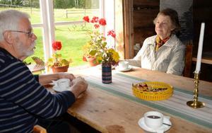 Historisk mötesplats. I kaffestugan på hembygdgården Skräddartorp möts nutid och det som en gång varit. Åke Granberg är guide och resonerar över en kopp kaffe med gästen Elisabeth Scherman.