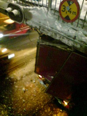 Maximal höjd i tunneln är 3,4 meter. Vid mynningen sitter varningslampor som ska blinka om fordonet är högre än så.